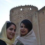 Due facce della stessa medaglia. Ragazze a Shiraz